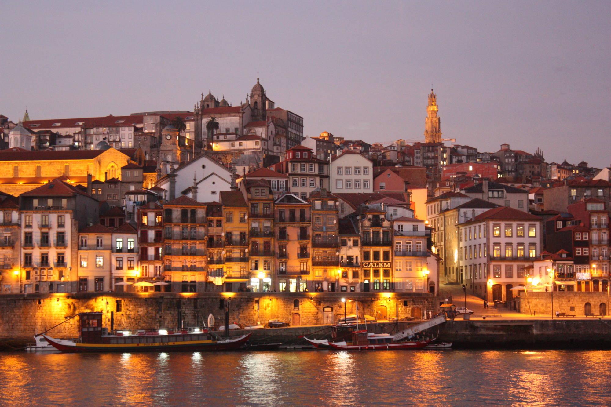Die Altstadt von Porto in der Dämmerung